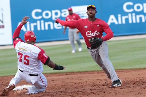 Cuba facturó tres jugadas de doble play, pero un error de Alexander Ayala condenó la suerte del equipo. Foto: Roberto Morejón/JIT