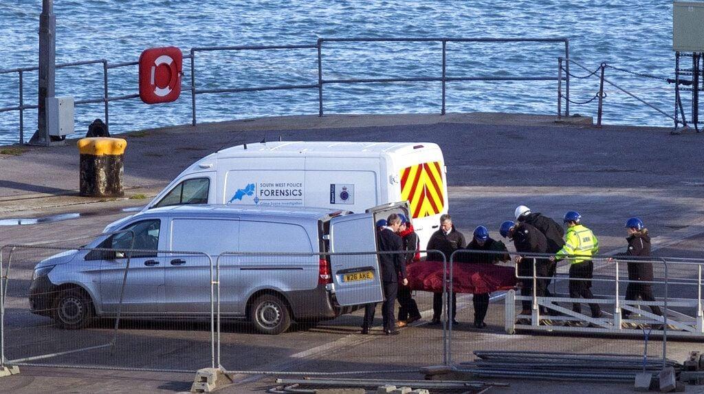 Personal de rescate traslada un cadáver en una camilla del barco especializado en búsquedas Geo Ocean III en un muelle en Portland, Inglaterra, el jueves 7 de febrero de 2019. (Steve Parsons/PA vía AP)