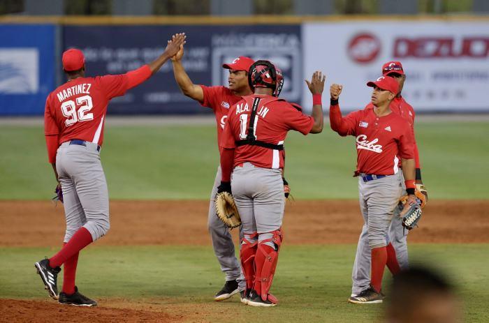 Los cubanos se saluda tras su victoria. Foto: eluniversal.com.co