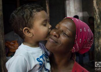 Milagros García y su hijo Dylan, de 3 años, a un mes del tornado que destruyó su casa en la barriada de Luyanó, en La Habana. Foto: Otmaro Rodríguez.