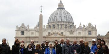 Miembros de la organización Fin al Abuso Clerical posan para una foto frente al Vaticano, el lunes 18 de febrero de 2019. Foto: Gregorio Borgia / AP.