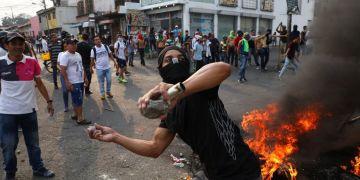 Un manifestante arroja piedras durante enfrentamientos con la Guardia Nacional Bolivariana en Ureña, Venezuela, cerca de la frontera con Colombia, el sábado 23 de febrero de 2019. Foto: Rodrigo Abd / AP.