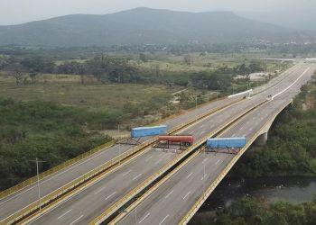 Esta imagen tomada de un video muestra un camión cisterna de combustible, remolques de carga y cercos improvisados bloqueando el Puente Internacional Tienditas en un intento por detener la entrada a Venezuela de ayuda humanitaria desde Colombia, vista desde las afueras de Cúcuta, Colombia, el miércoles 6 de febrero de 2019. (AP Foto)
