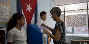 Votación en un colegio electoral de La Habana durante el referendo sobre la nueva Constitución cubana, el 24 de febrero de 2019. Foto: Otmaro Rodríguez.