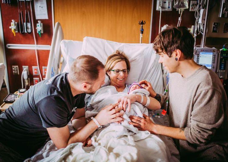 Cecile Eledge junto a su hijo Matthew Eledge y el esposo de este, Elliot Dougherty.