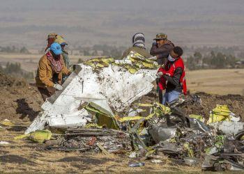 Rescatistas trabajan en el lugar donde se estrelló un avión de Ethiopian Airlines, cerca de Bishoftu, o Debre Zeit, al sur de Adís Abeba, Etiopía, el 11 de marzo de 2019. Foto: Mulugeta Ayene / AP.