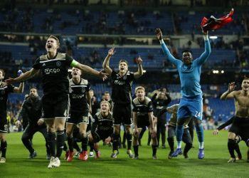Los jugadores de Ajax celebran tras su victoria en octavos de final en la Liga de Campeones sobre Real Madrid en el estadio Santiago Bernabéu, el martes, 5 de marzo de 2019. Foto: Bernat Armangue / AP.