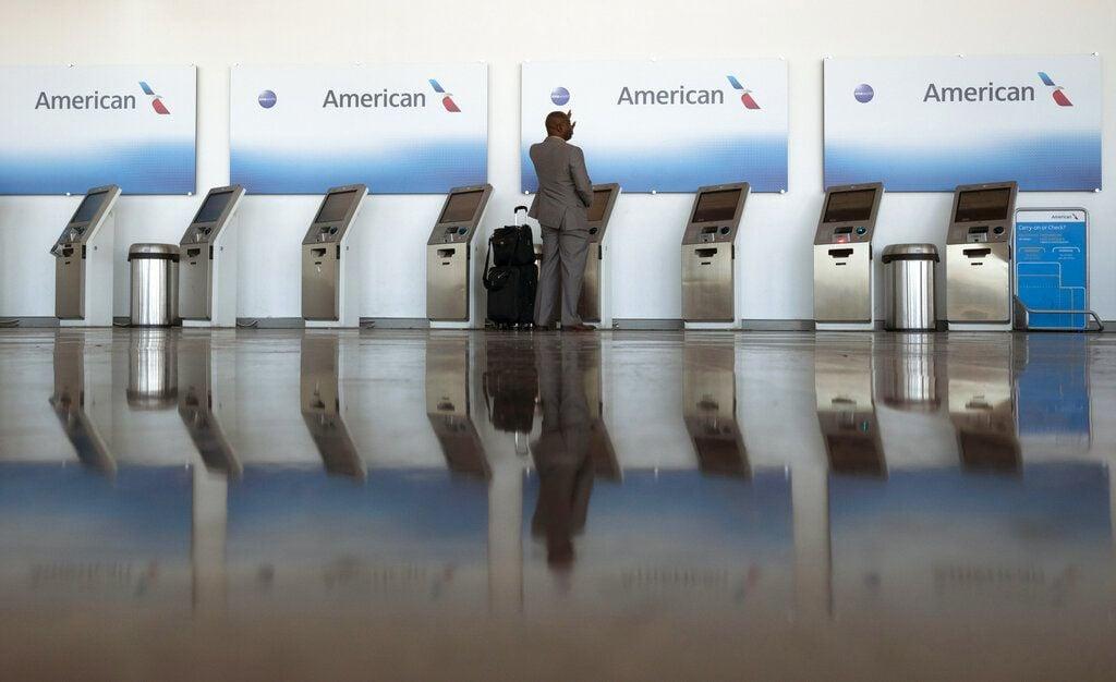Un viajero se registra en un quiosco de American Airlines en el Aeropuerto Nacional Washington Reagan en Arlington, Virginia, el 21 de noviembre de 2018. Foto: Carolyn Kaster / AP.