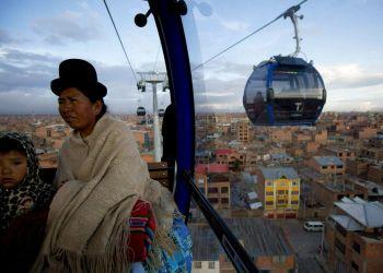Una mujer y una niña a bordo de la cabina de un teleférico que une La Paz con El Alto, Bolivia. El sistema es el más alto del mundo, a unos 4.000 metros sobre el nivel del mar. Foto: Juan Karita / AP / Archivo.