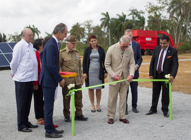 El príncipe Carlos de Gales (c) junto al director y vicepresidente de Havana Energy, Andrew MacDonald (2-i), durante su visita el parque fotovoltaico que se construye con apoyo británico, este martes en la Zona Especial de Desarrollo Mariel. Foto: Yander Zamora / EFE.