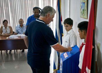 El presidente de Cuba, Miguel Díaz-Canel emite su voto durante un plebiscito para aprobar o rechazar una reforma constitucional en La Habana, el domingo 24 de febrero de 2019. Foto: Ramon Espinosa, Pool / AP.