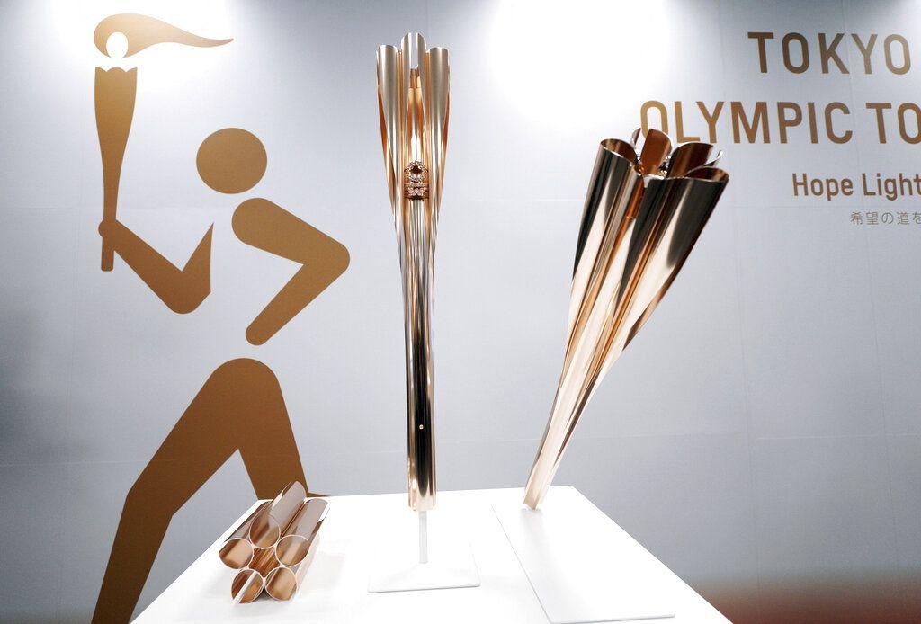 Las antorchas de los Juegos Olímpicos de Tokio 2020 durante su presentación en una conferencia de prensa en Tokio, el 20 de marzo de 2019. (AP Foto/Eugene Hoshiko)