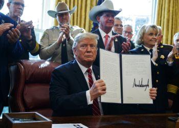 El presidente Donald Trump firma el primer veto de su presidencia en la Casa Blanca, 15 de marzo de 2019, en Washington. Foto: Evan Vucci / AP.