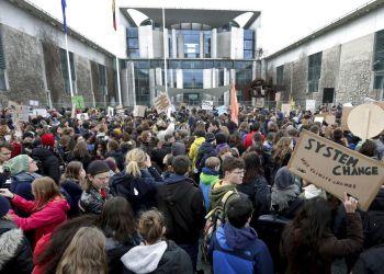 Estudiantes participan en una marcha en Berlín conra la inacción de los gobiernos ante el cambio climático, como parte de una jornada mundial de protestas estudiantiles el viernes 15 de marzo del 2019. Foto: Michael Sohn / AP.
