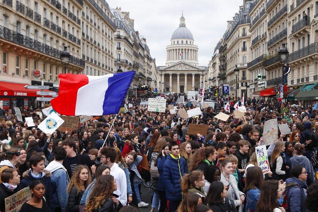 Estudiantes de secundaria realizan una marcha en París para protestar contra la inacción de los gobiernos ante el cambio climático el viernes, 15 de marzo del 2019. Foto: Francois Mori / AP.