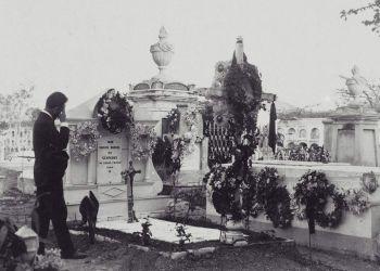 Tumba donde reposaron los restos de Carlos Manuel de Céspedes hasta 1910, en el Cementerio de Santa Ifigenia (Santiago de Cuba), tras ser rescatados clandestinamente en 1879 por siete patriotas santiagueros. Foto: Archivo de Ignacio Fernández Díaz.