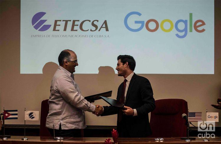 Luis Adolfo Iglesias (izq), vicepresidente de Inversiones de ETECSA, y Brett Perlmutter, el jefe de Google Cuba, se saludan tras la firma de un memorando de entendimiento entre ambas empresas, el 28 de marzo de 2019 en La Habana. Foto: Otmaro Rodríguez.