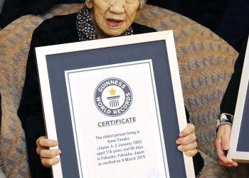 Kane Tanaka, una japonesa de 116 años de edad, posa con su certificado Guinness World Records en una residencia de ancianos donde vive en Fukuoka, suroeste de Japón, el sábado 9 de marzo de 2019. Tanaka es la persona viva más antigua del mundo según los Guinness. (Takuto Kaneko/Kyodo News vía AP)