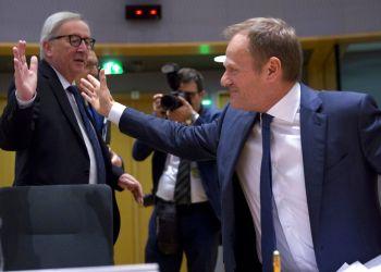 El presidente de la Comisión Europea, Jean-Claude Juncker, izquierda, saluda al titular del Consejo Europeo, Donald Tusk, durante una cumbre en el edificio Europa en Bruselas, el miércoles 20 de marzo de 2019. Foto: Virginia Mayo / AP.