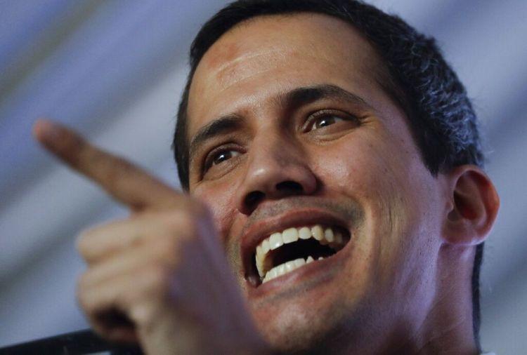 El autoproclamado presidente interino de Venezuela, Juan Guaidó, conversa durante una reunión con expertos en electricidad en Caracas, Venezuela, el jueves 28 de marzo de 2019. (AP Foto / Natacha Pisarenko)