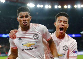 El jugador del Manchester United Marcus Rashford, (izquierda) celebra el tercer gol de su equipo durante un partido de vuelta de los octavos de final de la Liga de Campeones, contra el París Saint Germain, en el estadio Parc des Princes de París, el miércoles 6 de marzo de 2019. (AP Foto/Francois Mori)
