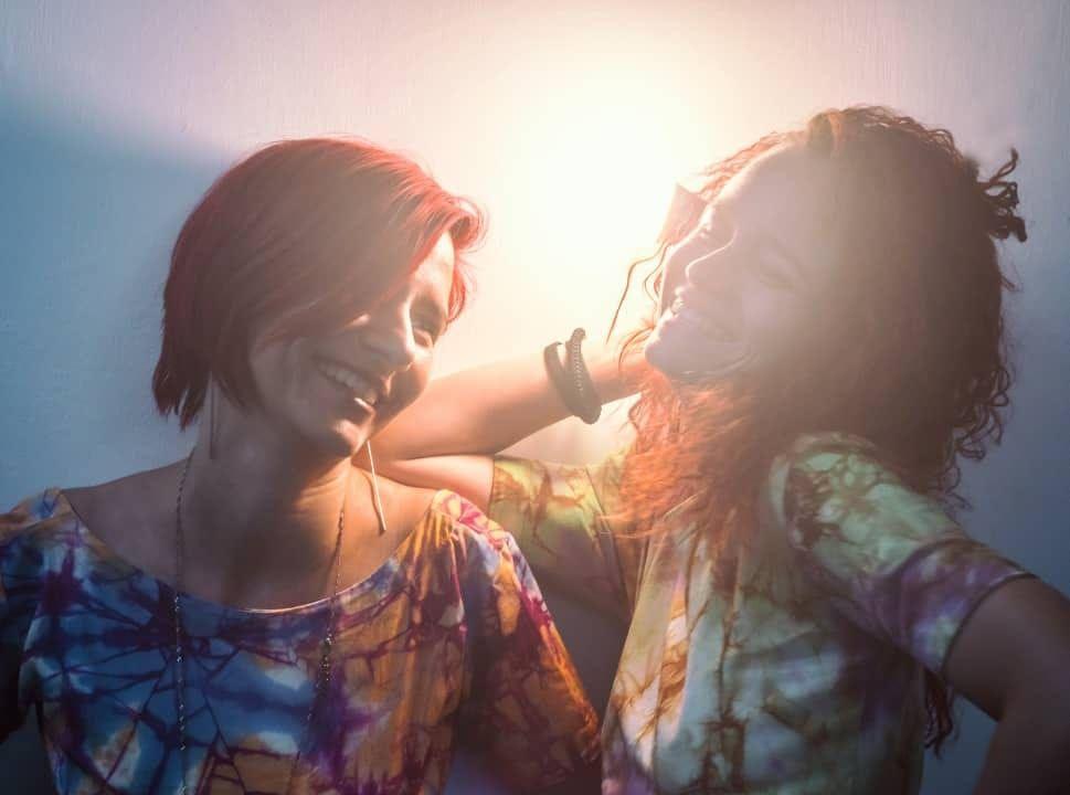 La diseñadora Marié (izquierda) y la fotógrafa Ana Lorena (derecha). Foto: Facebook.