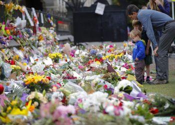 Dolientes colocan flores frente a un muro en los Jardines Botánicos de Christchurch, Nueva Zelanda, el lunes 18 de marzo de 2019. Foto: Vincent Thian / AP.