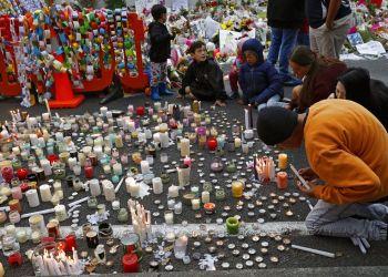 Estudiantes encienden velas durante una vigila para recordar a las víctimas del tiroteo del viernes afuera de la mezquita de Al Noor en Christchurch, Nueva Zelanda, el lunes 18 de marzo de 2019. Foto: Vincent Yu / AP.