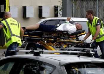 Personal de ambulancia se lleva a un hombre herido durante un tiroteo en una mezquita en el centro de Christchurch, Nueva Zelanda, el viernes 15 de marzo de 2019. Un testigo dijo que decenas de personas fueron asesinadas en un tiroteo en la mezquita. Foto: Mark Baker / AP.