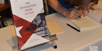 "Libro ""La Revolución por dentro"", presentado en Miami. Foto: Marita Pérez Díaz."