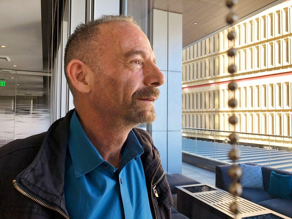"""Timothy Ray Brown posa para una fotografía el 4 de marzo de 2019 en Seattle. Brown, también conocido como el """"paciente Berlín"""" fue la primera persona en curarse de la infección del VIH hace más de una década. Foto: Manuel Valdes / AP."""