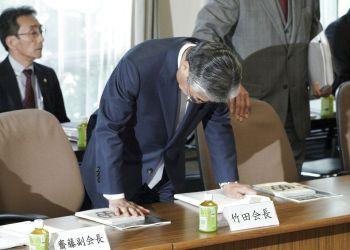 El presidente del Comité Olímpico de Japón y miembro del COI Tsunekazu Takeda agacha la cabeza a su llegada a una reunión de la junta directiva del organismo nipón en Tokio, el 19 de marzo de 2019. (AP Foto/Eugene Hoshiko)