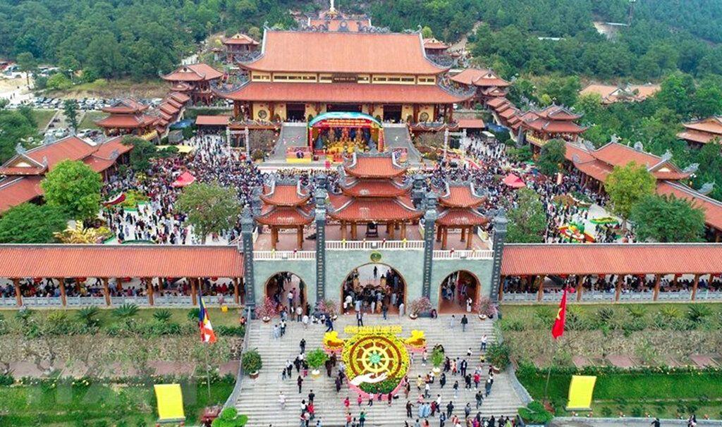 En esta foto sin fechar, visitantes llenan el patio de la pagoda de Ba Vang en la ciudad de Uong Bi, de la provincia de Quang Ninh, en Vietnam. Foto: Vietnam News Agency vía AP.