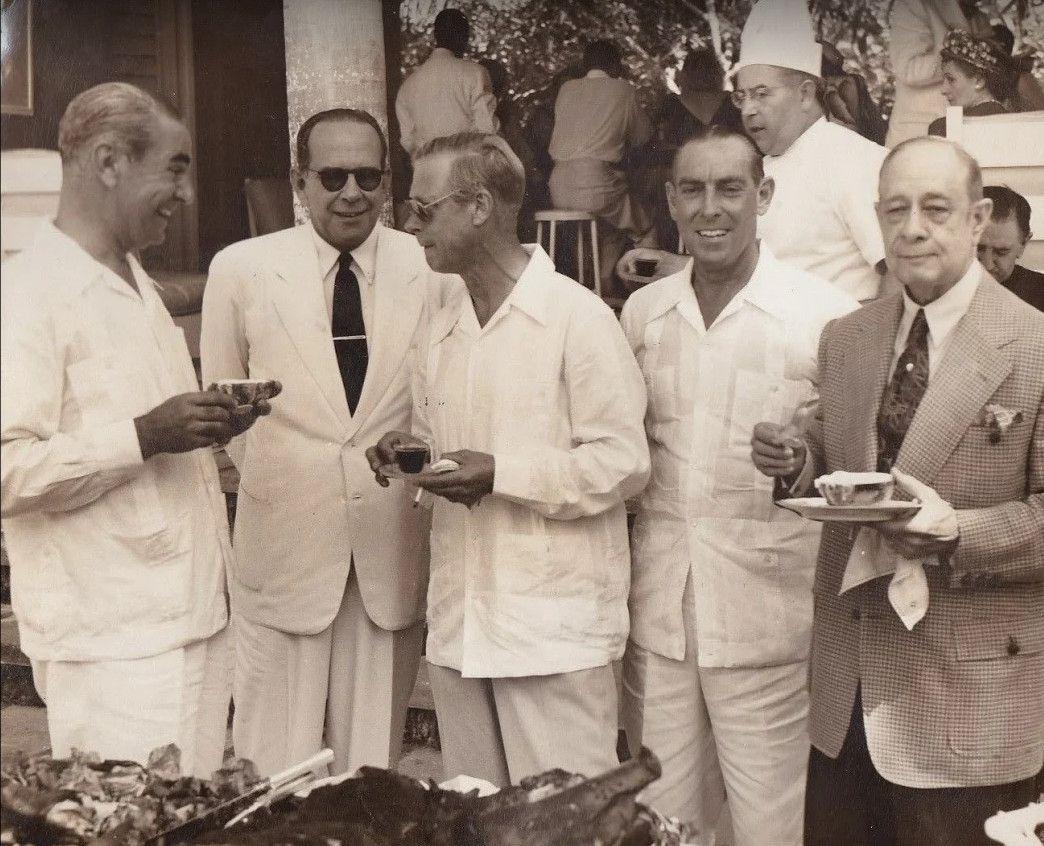 El duque de Windsor, vestido de guayabera en una de sus estancias en Cuba.