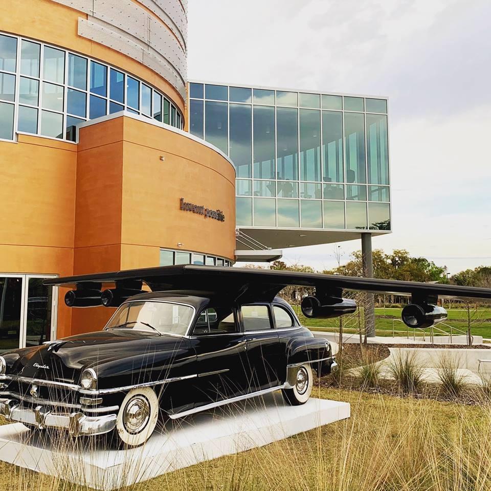 Hybrid of a Chrysler , obra de Esterio Segura a la entrada del Museo de Cade. Foto: Cortesía Museo de Cade.