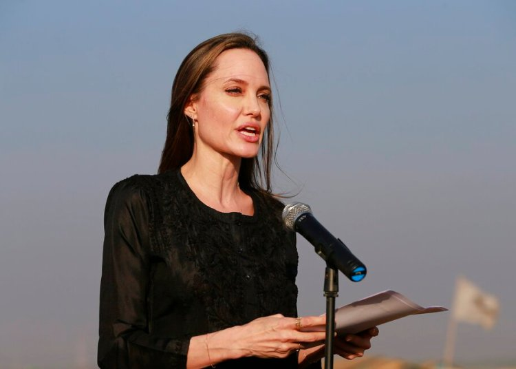 La actriz y activista Angelina Jolie durante una conferencia de prensa en el campo de refugiados de Kutupalong en Bazar de Cox, Bangladesh, en febrero de 2019. Foto: AP / Archivo.