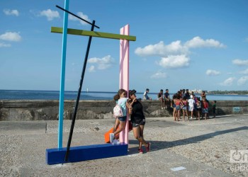 """El público interactúa con la obra del artista estadounidense Brad Howe en el malecón habanero, como parte del proyecto """"Detrás del Muro"""" en la XIII Bienal de La Habana. Foto: Otmaro Rodríguez."""