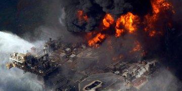 Una imagen de archivo del desastre de la torre petrolífera en el Golfo de México el año 2010. Foto: AP.