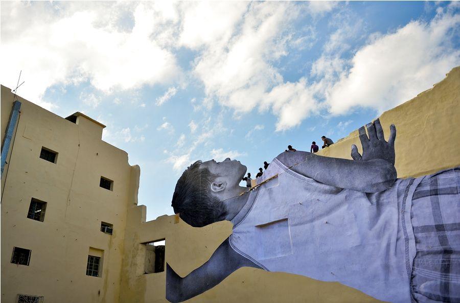 JR intervinó el Barrio Chino de La Habana con la imagen de un niño gigante. Foto Yamil Lage. AFP.