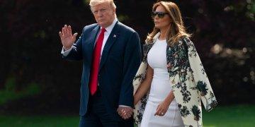 El presidente Donald Trump y la primera dama Melania Trump caminan en la Casa Blanca, en Washington, rumbo al helicóptero presidencial para un breve viaje a la base Andrews, desde donde partirán rumbo a su residencia en Palm Beach, Florida. Foto: J. Scott Applewhite / AP.