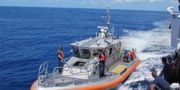 Barco de la Guardia Costera estadounidense que transporta a migrantes cubanos interceptados en el mar. Foto: Guardia Costera de EE.UU. / EFE / Archivo.
