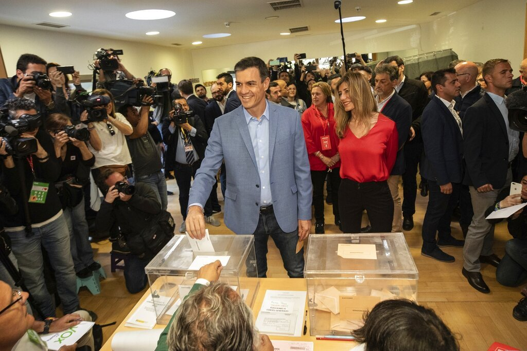 El presidente del Gobierno español y candidato del Partido Socialista Pedro Sánchez vota en un centro electoral durante las elecciones generales de España en Pozuelo de Alarcón, a las afueras de Madrid, el domingo 28 de abril de 2019. Foto: Bernat Armangue / AP.