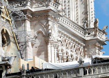 Lonas cubriendo la catedral de Notre Dame el miércoles 24 de abril de 2019. Se han contratado escaladores profesionales para instalar lonas sintéticas impermeables mientras las autoridades trataban de evitar más daños ante la llegada de tormentas a París. Foto: Thibault Camus / AP.