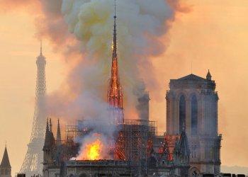 En esta fotografía del lunes 15 de abril de 2019 se muestra la Torre Eiffel en el fondo y una columna de humo y llamas que salen de un incendio en la catedral de Notre Dame en París. Foto: Thierry Mallet/AP