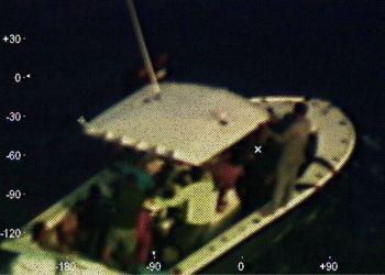 En esta fotografía proporcionada por la Guardia Costera de Estados Unidos, captada por un avión de ese cuerpo, puede apreciarse un bote descompuesto localizado a 210 kilómetros (130 millas náuticas) de la Península de Yucatán en México, el domingo 14 de abril de 2019. Foto: Contramaestre de tercera clase Brandon Giles/Guardia Costera de Estados Unidos vía AP.
