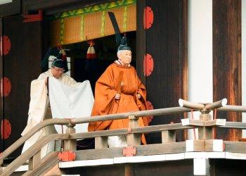 El emperador Akihito, derecha, sale de un santuario después de un ritual para reportar su abdicación, en el Palacio Imperial de Tokio, el martes 30 de abril de 2019. Foto: Japan Pool vía AP.