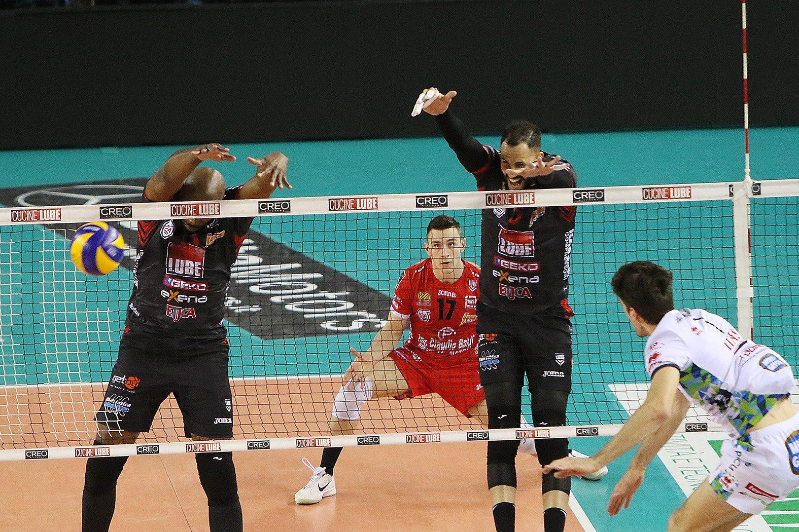 Osmany Juantorena (derecha) y Robertlandy Simón (izquierda) también aportaron a la causa del Lube. Foto: Lega Volley