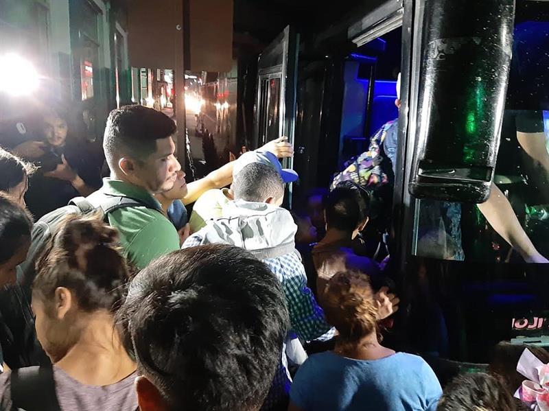 Inmigrantes suben a autobuses en Tapachula (México). Foto: Juan Manuel Blanco / EFE.
