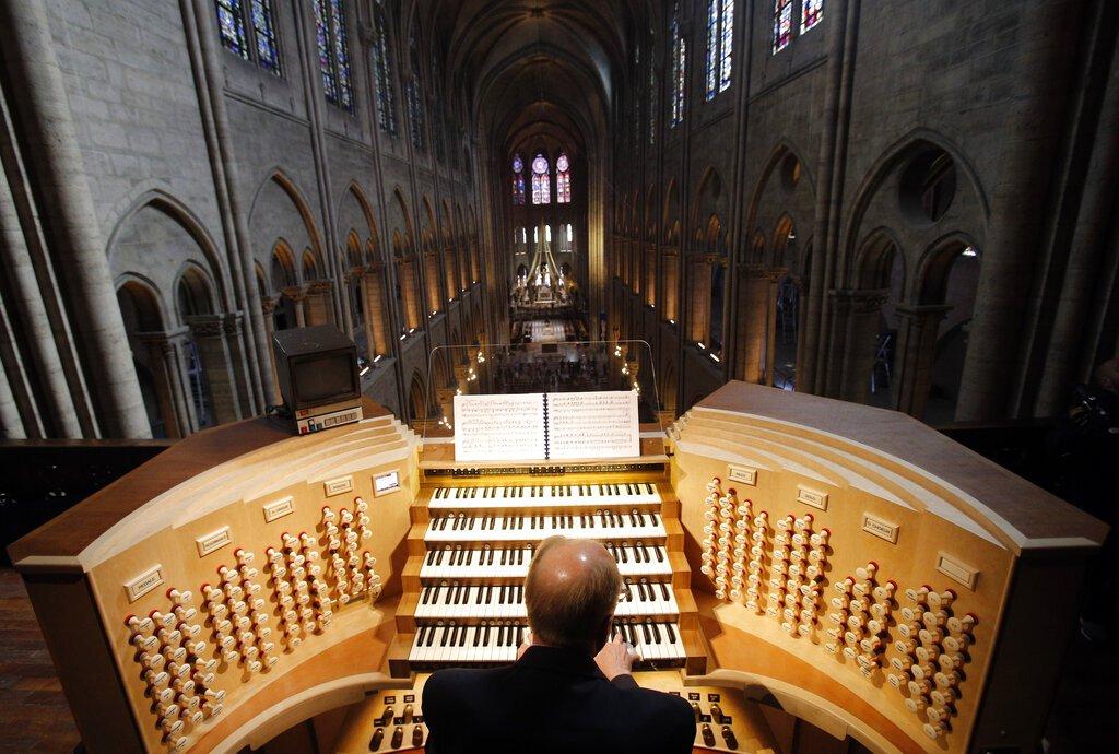 En esta foto de archivo del 2 de mayo de 2013, Philippe Lefebvre, de 64 años, toca el órgano de la catedral de Notre Dame en París.  Foto: Christophe Ena / AP / Archivo.
