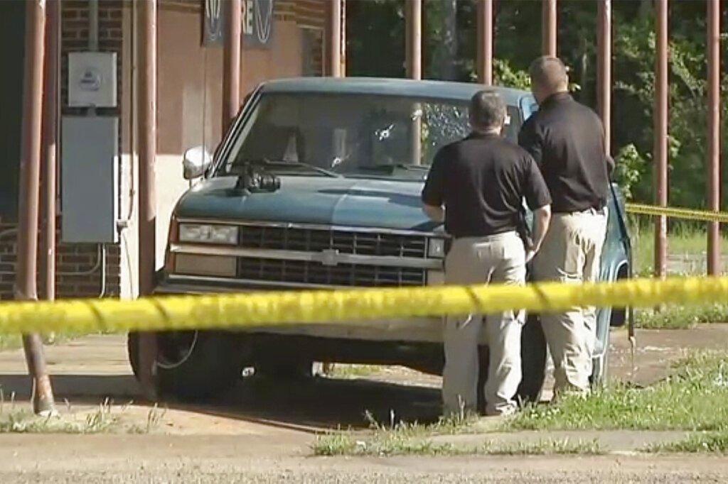 Imagen de un video proporcionado por la televisora KTEN, en la que los investigadores inspeccionan una camioneta pickup con impactos de bala en el parabrisas en Hugo, Oklahoma. Foto: KTEN vía AP.